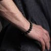 Náramek z lávového kamene na ruce