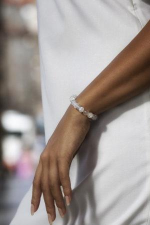 Bílý dámský náramek na ruku